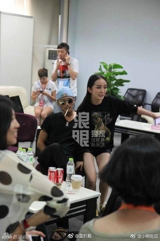 Ngã ngửa sự thật sau loạt khoảnh khắc nhạy cảm của sao châu Á: BTS bị nghi dòm trộm vòng 1, Hoàng Hiên sờ đùi Dương Mịch - Ảnh 16.