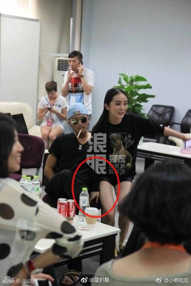 Ngã ngửa sự thật sau loạt khoảnh khắc nhạy cảm của sao châu Á: BTS bị nghi dòm trộm vòng 1, Hoàng Hiên sờ đùi Dương Mịch - Ảnh 18.