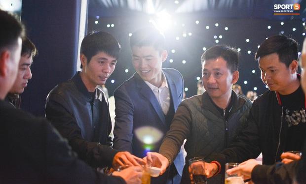Đình Trọng, Đức Huy bảnh bao đến dự đám cưới Duy Mạnh, hội anh em cầu thủ khoác vai nhau quẩy trên sân khấu cực vui - Ảnh 10.