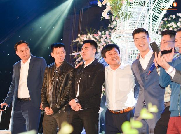 Đình Trọng, Đức Huy bảnh bao đến dự đám cưới Duy Mạnh, hội anh em cầu thủ khoác vai nhau quẩy trên sân khấu cực vui - Ảnh 4.