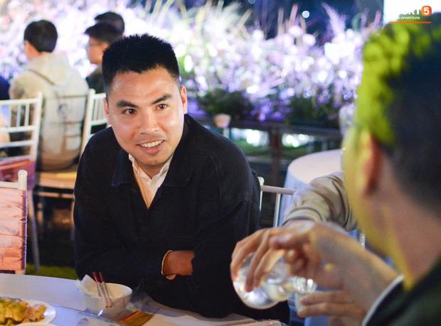 Đình Trọng, Đức Huy bảnh bao đến dự đám cưới Duy Mạnh, hội anh em cầu thủ khoác vai nhau quẩy trên sân khấu cực vui - Ảnh 9.