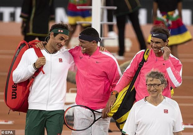 Nadal hạnh phúc ôm chầm Federer khi hai huyền thoại quần vợt cùng lập nên kỷ lục vô tiền khoáng hậu về số khán giả - Ảnh 4.