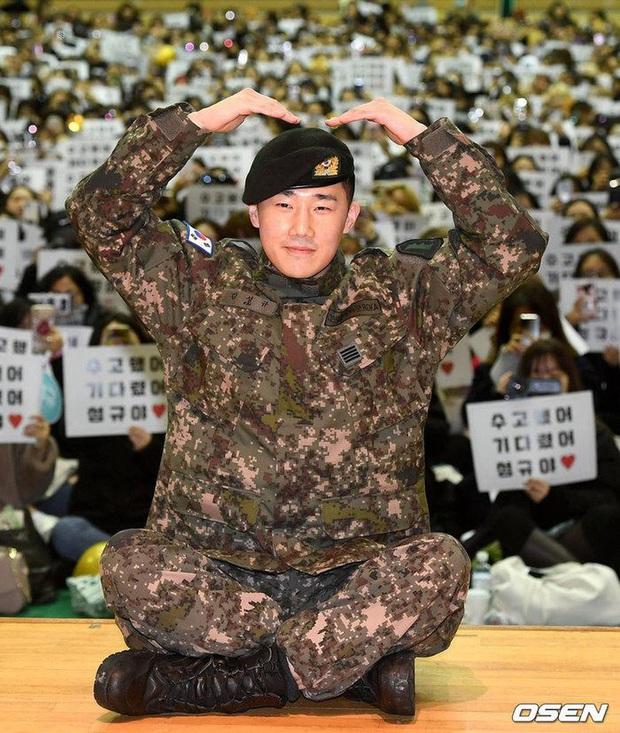 Trưởng nhóm INFINITE khoe được Bát hoàng tử Kang Ha Neul lấy ráy tai với... nặn mụn khi nhập ngũ - Ảnh 2.