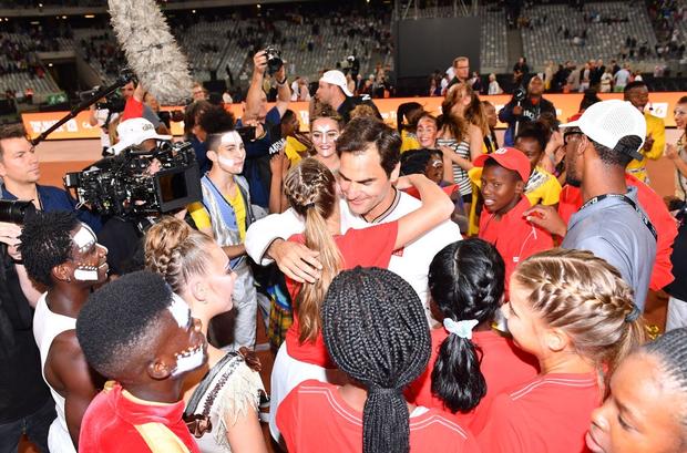 Nadal hạnh phúc ôm chầm Federer khi hai huyền thoại quần vợt cùng lập nên kỷ lục vô tiền khoáng hậu về số khán giả - Ảnh 8.