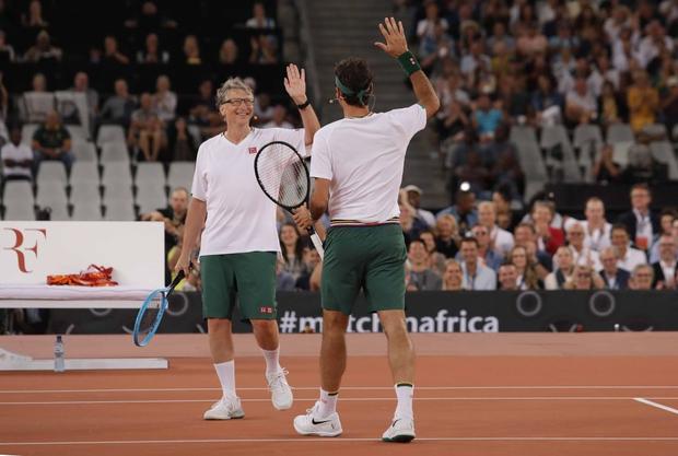 Nadal hạnh phúc ôm chầm Federer khi hai huyền thoại quần vợt cùng lập nên kỷ lục vô tiền khoáng hậu về số khán giả - Ảnh 3.