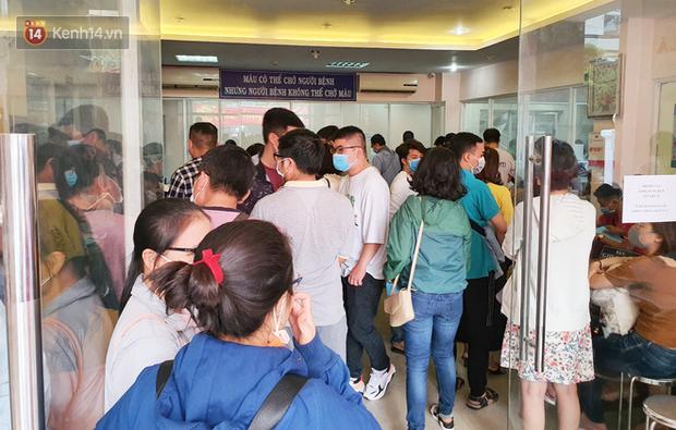 Cạn kiệt nguồn dự trữ máu giữa dịch bệnh virus Corona, hàng trăm bạn trẻ Sài Gòn vui vẻ xếp hàng đi hiến máu cứu người - Ảnh 1.