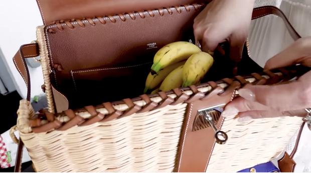 Ngọc Trinh dùng túi 22 triệu đựng bánh tráng đã là gì, tỷ phú Jamie Chua còn tậu hẳn túi hơn 1 tỷ chỉ để đựng trái cây đây này - Ảnh 7.