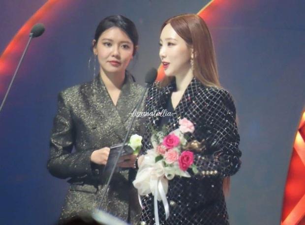 Chi tiết ẩn sau màn tái hợp lịch sử của 2 mẩu SNSD tại SMA: Giờ mới hiểu lời phàn nàn của Sooyoung về Taeyeon năm xưa - Ảnh 4.