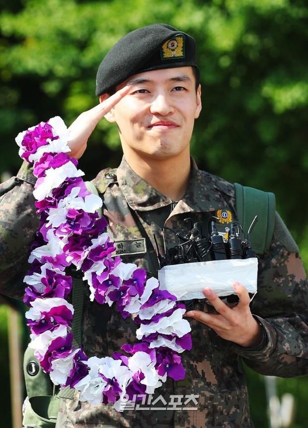 Trưởng nhóm INFINITE khoe được Bát hoàng tử Kang Ha Neul lấy ráy tai với... nặn mụn khi nhập ngũ - Ảnh 3.