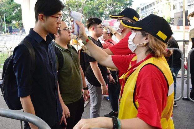 Singapore vừa nâng mức cảnh báo virus corona, người dân đã ùn ùn quét sạch nhu yếu phẩm tại hàng loạt siêu thị - Ảnh 1.