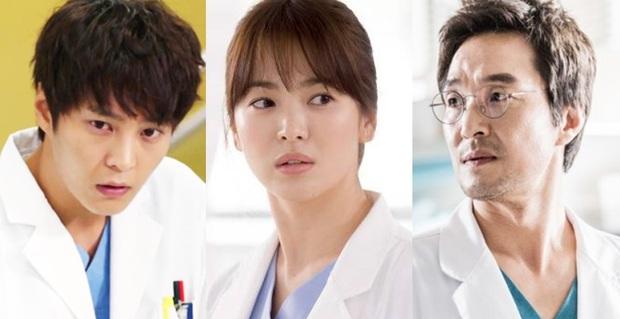 Chân dung lương y như từ mẫu xứ Hàn: Song Hye Kyo liều mạng vì bệnh nhân, thầy thuốc Kim gây sốt vì mở viện cho người nghèo - Ảnh 1.