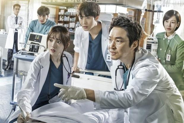 Chân dung lương y như từ mẫu xứ Hàn: Song Hye Kyo liều mạng vì bệnh nhân, thầy thuốc Kim gây sốt vì mở viện cho người nghèo - Ảnh 2.