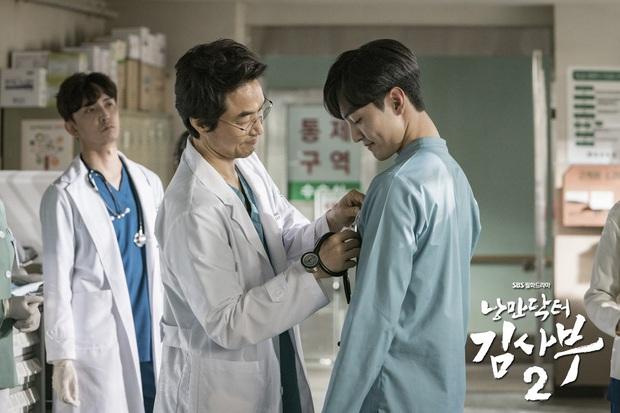 Chân dung lương y như từ mẫu xứ Hàn: Song Hye Kyo liều mạng vì bệnh nhân, thầy thuốc Kim gây sốt vì mở viện cho người nghèo - Ảnh 4.