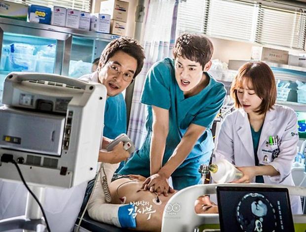 Chân dung lương y như từ mẫu xứ Hàn: Song Hye Kyo liều mạng vì bệnh nhân, thầy thuốc Kim gây sốt vì mở viện cho người nghèo - Ảnh 3.