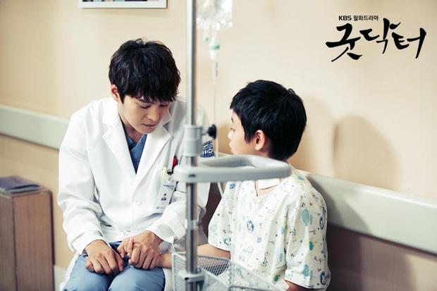 Chân dung lương y như từ mẫu xứ Hàn: Song Hye Kyo liều mạng vì bệnh nhân, thầy thuốc Kim gây sốt vì mở viện cho người nghèo - Ảnh 11.