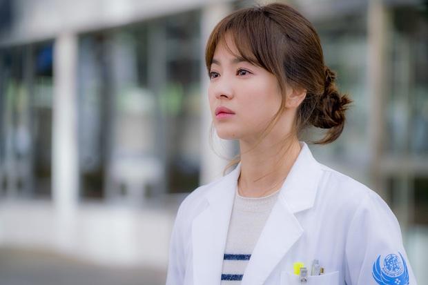 5 nữ bác sĩ đã xinh đẹp lại còn có tâm với nghề của màn ảnh Hàn: Cả Song Hye Kyo lẫn Lee Sung Kyung đều bất chấp tính mạng vì bệnh nhân - Ảnh 5.