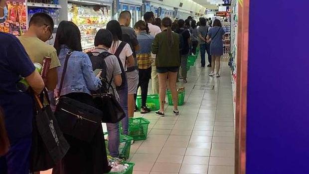 Singapore vừa nâng mức cảnh báo virus corona, người dân đã ùn ùn quét sạch nhu yếu phẩm tại hàng loạt siêu thị - Ảnh 4.
