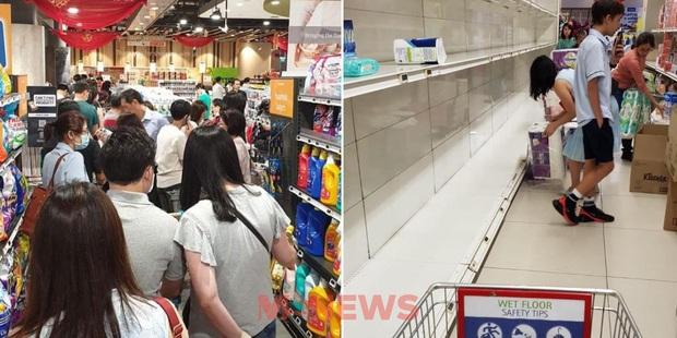 Singapore vừa nâng mức cảnh báo virus corona, người dân đã ùn ùn quét sạch nhu yếu phẩm tại hàng loạt siêu thị - Ảnh 5.
