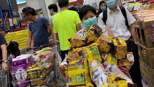 Singapore vừa nâng mức cảnh báo virus corona, người dân đã ùn ùn quét sạch nhu yếu phẩm tại hàng loạt siêu thị - Ảnh 3.