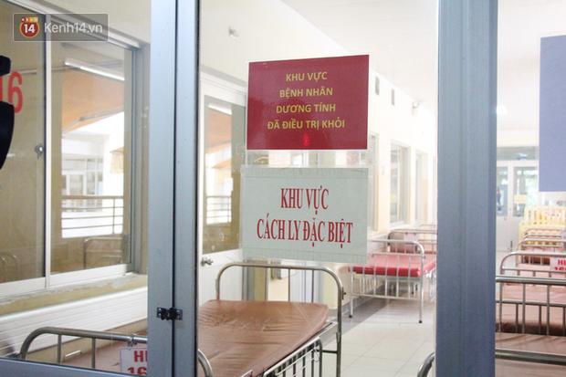TP.HCM: Cận cảnh khu cách ly nam Việt kiều Mỹ nhiễm virus Corona, bệnh nhân vẫy tay chào mọi người khi được đến thăm - Ảnh 2.
