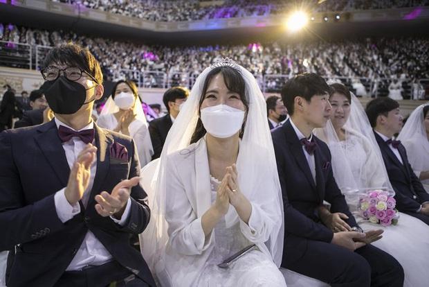 6000 cặp đôi kết duyên trong đám cưới tập thể ở Hàn Quốc giữa dịch viêm phổi: Người đeo khẩu trang kín mít, người vẫn bất chấp trao nụ hôn - Ảnh 4.