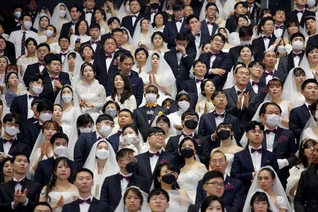 6000 cặp đôi kết duyên trong đám cưới tập thể ở Hàn Quốc giữa dịch viêm phổi: Người đeo khẩu trang kín mít, người vẫn bất chấp trao nụ hôn - Ảnh 5.