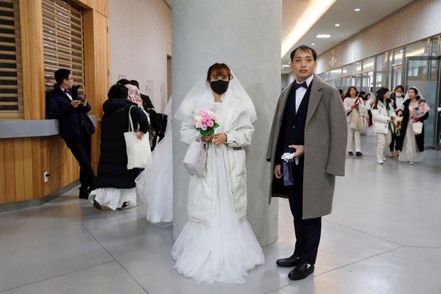 6000 cặp đôi kết duyên trong đám cưới tập thể ở Hàn Quốc giữa dịch viêm phổi: Người đeo khẩu trang kín mít, người vẫn bất chấp trao nụ hôn - Ảnh 3.