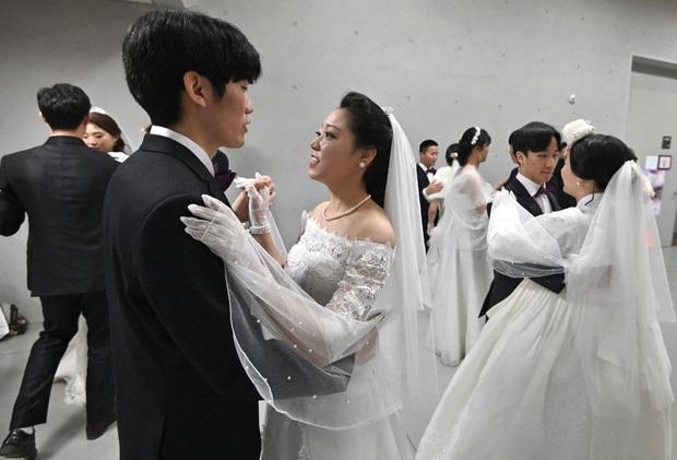 6000 cặp đôi kết duyên trong đám cưới tập thể ở Hàn Quốc giữa dịch viêm phổi: Người đeo khẩu trang kín mít, người vẫn bất chấp trao nụ hôn - Ảnh 2.