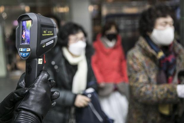 6000 cặp đôi kết duyên trong đám cưới tập thể ở Hàn Quốc giữa dịch viêm phổi: Người đeo khẩu trang kín mít, người vẫn bất chấp trao nụ hôn - Ảnh 8.