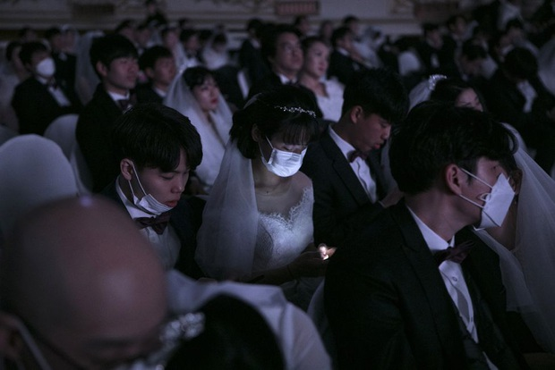 6000 cặp đôi kết duyên trong đám cưới tập thể ở Hàn Quốc giữa dịch viêm phổi: Người đeo khẩu trang kín mít, người vẫn bất chấp trao nụ hôn - Ảnh 12.