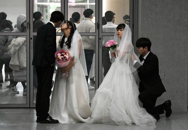 6000 cặp đôi kết duyên trong đám cưới tập thể ở Hàn Quốc giữa dịch viêm phổi: Người đeo khẩu trang kín mít, người vẫn bất chấp trao nụ hôn - Ảnh 6.