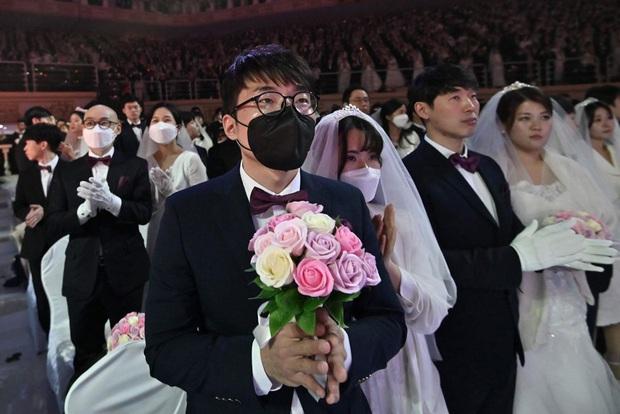 6000 cặp đôi kết duyên trong đám cưới tập thể ở Hàn Quốc giữa dịch viêm phổi: Người đeo khẩu trang kín mít, người vẫn bất chấp trao nụ hôn - Ảnh 11.