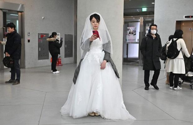 6000 cặp đôi kết duyên trong đám cưới tập thể ở Hàn Quốc giữa dịch viêm phổi: Người đeo khẩu trang kín mít, người vẫn bất chấp trao nụ hôn - Ảnh 7.