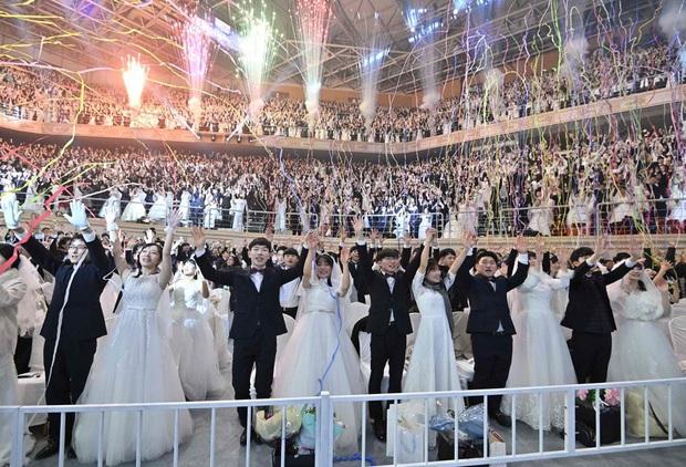 6000 cặp đôi kết duyên trong đám cưới tập thể ở Hàn Quốc giữa dịch viêm phổi: Người đeo khẩu trang kín mít, người vẫn bất chấp trao nụ hôn - Ảnh 14.