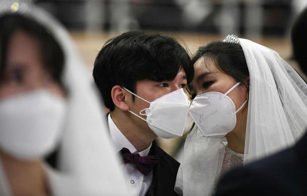 6000 cặp đôi kết duyên trong đám cưới tập thể ở Hàn Quốc giữa dịch viêm phổi: Người đeo khẩu trang kín mít, người vẫn bất chấp trao nụ hôn - Ảnh 9.