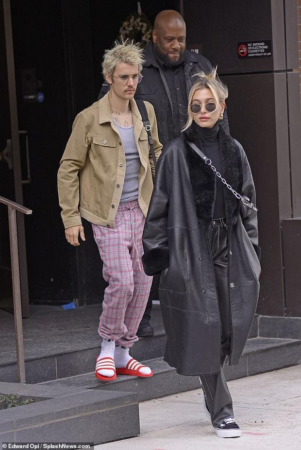 Visual một trời một vực của Justin Bieber - Hailey dạo này: Nàng lồng lộn bao nhiêu, chàng dừ và luộm thuộm bấy nhiêu - Ảnh 1.