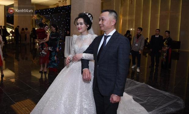 Duy Mạnh - Quỳnh Anh bật khóc trong đám cưới, bố cô dâu xúc động nhắn nhủ: Dẫu gian nan mong 2 con vẫn bên nhau - Ảnh 10.