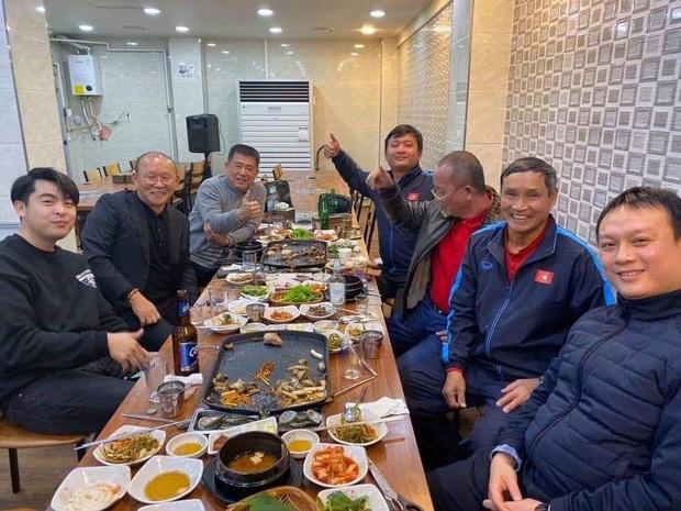 Không thể về Việt Nam dự đám cưới của Duy Mạnh, HLV Park Hang-seo vẫn có được bữa tiệc ấm áp và ý nghĩa cùng nhân vật đặc biệt  - Ảnh 1.