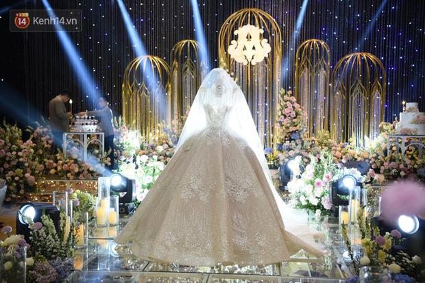 Cập nhật: Duy Mạnh đeo khẩu trang kiểm tra không gian trước giờ G, lộ diện váy cưới lộng lẫy của Quỳnh Anh - Ảnh 3.