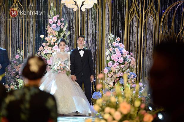 Duy Mạnh hát live đầy cảm động tặng Quỳnh Anh trong lễ cưới: Ước mong ngày sau dù đời buồn đau mình luôn sẽ gần nhau - Ảnh 2.