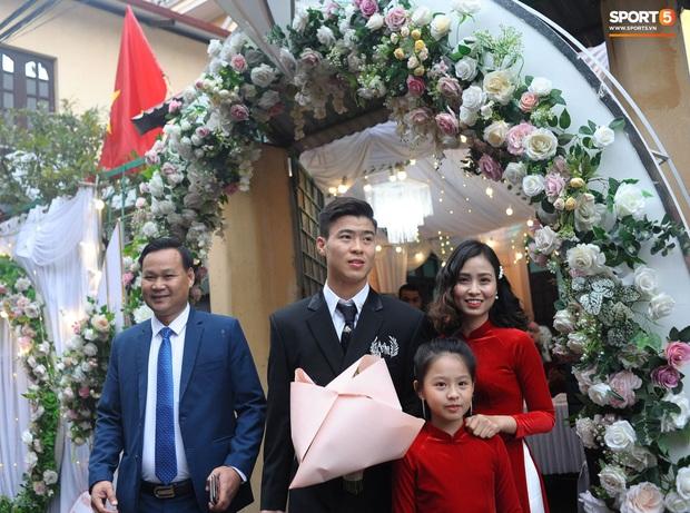 Đám cưới của Quỳnh Anh - Duy Mạnh: Chú rể cực kì bảnh bao, cô dâu xinh đẹp đeo dây chuyền đính 286 viên kim cương giá 800 triệu - Ảnh 5.