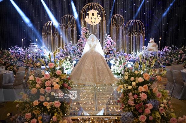 Ngắm chiếc váy trùm cuối của cô dâu Quỳnh Anh được trưng bày trên lễ đường mà ghen tị với công chúa béo - Ảnh 2.