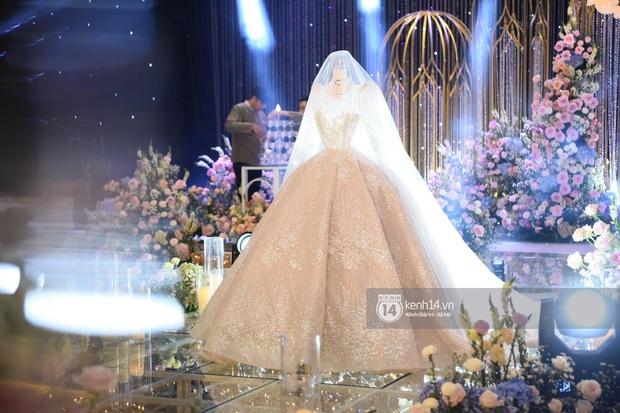 Ngắm chiếc váy trùm cuối của cô dâu Quỳnh Anh được trưng bày trên lễ đường mà ghen tị với công chúa béo - Ảnh 3.