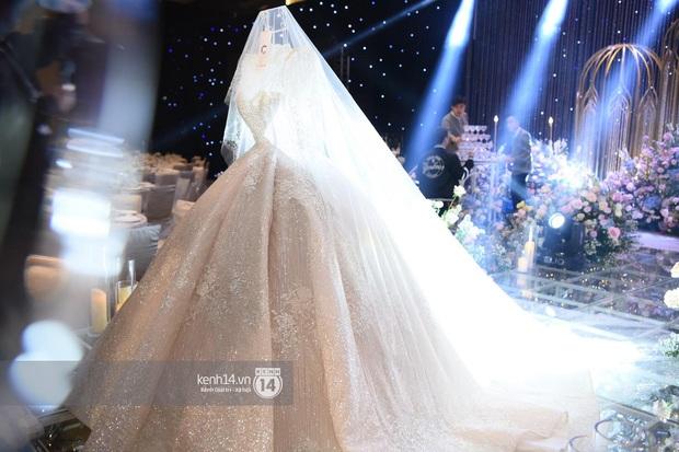 Ngắm chiếc váy trùm cuối của cô dâu Quỳnh Anh được trưng bày trên lễ đường mà ghen tị với công chúa béo - Ảnh 4.