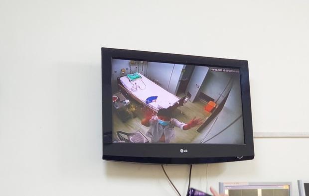 TP.HCM: Cận cảnh khu cách ly nam Việt kiều Mỹ nhiễm virus Corona, bệnh nhân vẫy tay chào mọi người khi được đến thăm - Ảnh 4.