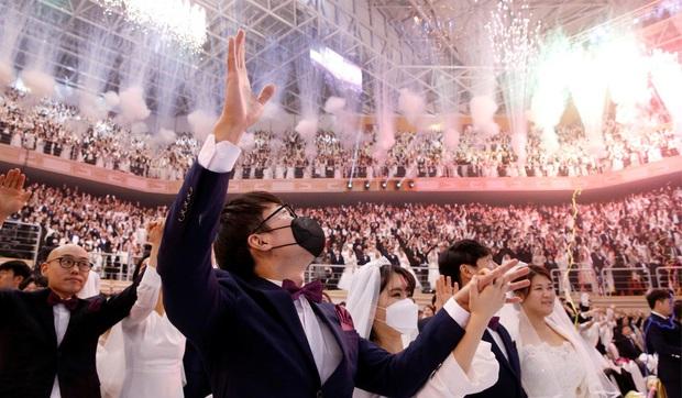 6000 cặp đôi kết duyên trong đám cưới tập thể ở Hàn Quốc giữa dịch viêm phổi: Người đeo khẩu trang kín mít, người vẫn bất chấp trao nụ hôn - Ảnh 13.