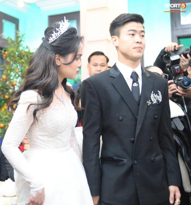 Khoảnh khắc đẹp: Quỳnh Anh tỉ mẩn chỉnh sửa trang phục cho Duy Mạnh trước khi làm lễ gia tiên