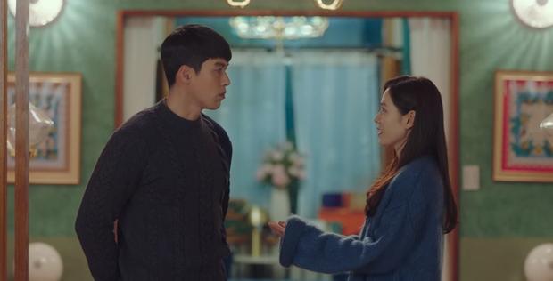 Tặng quà bồ mà bẽn lẽn như trai mới lớn, Hyun Bin khiến Son Ye Jin ham hố đeo nhầm nhẫn ở Crash Landing On You tập 13 - Ảnh 1.