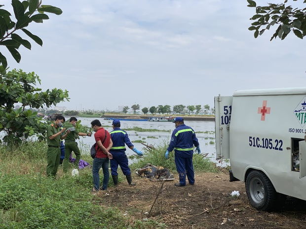 Thi thể người xăm dòng chữ trăng mờ bên suối nổi trên sông Sài Gòn - Ảnh 1.