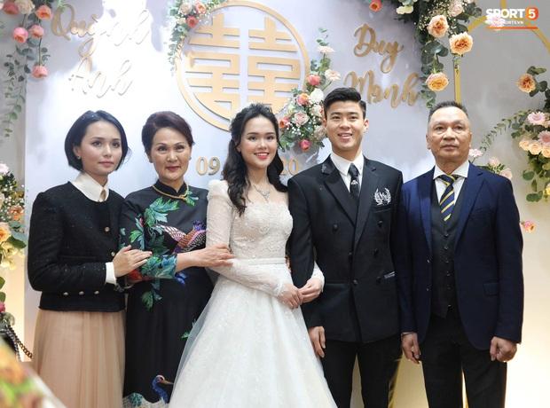 Đám cưới của Quỳnh Anh - Duy Mạnh: Chú rể cực kì bảnh bao, cô dâu xinh đẹp đeo dây chuyền đính 286 viên kim cương giá 800 triệu - Ảnh 1.